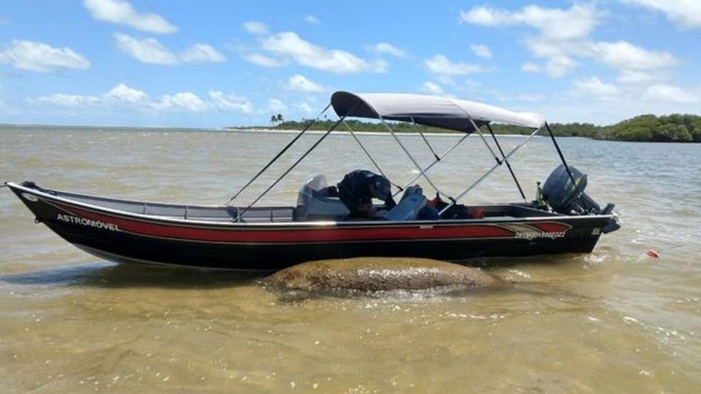 Barco acompanha Astro, que será removido se a situação se deteriorar — Foto: Acervo FMA