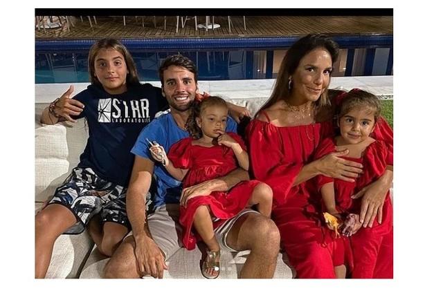 Ivete Sangalo mostrou foto com o marido, Daniel Cady, e os filhos, Marcelo, Helena e Marina (Foto: Reprodução)