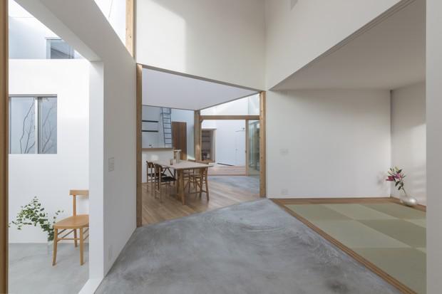 Casa labirinto tem decoração minimalista no Japão  (Foto: FOTOS SHINKENCHIKU-SHA )