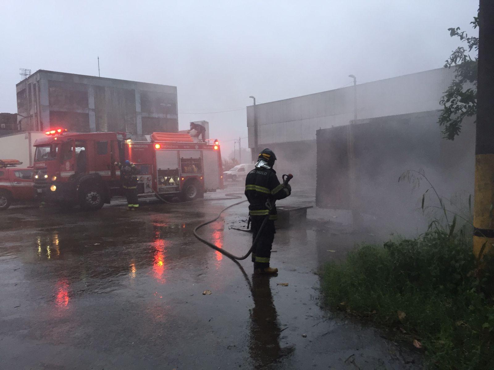Incêndio atinge contêiner no Terminal Pesqueiro de Santos
