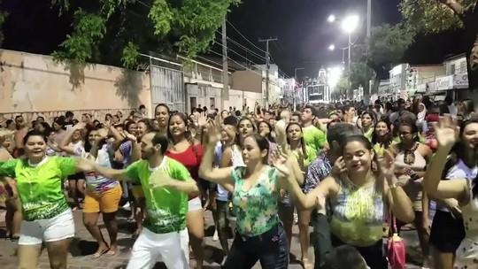 Com trio elétrico e oração, bloco religioso esbanja alegria no carnaval de Aracati, no Ceará