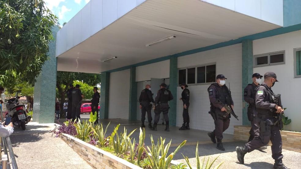 Homem foi baleado ao tentar assaltar vigilante na entrada do Hospital Rafael Fernandes, segundo a PM. — Foto: Hugo Andrade/Inter TV Costa Branca