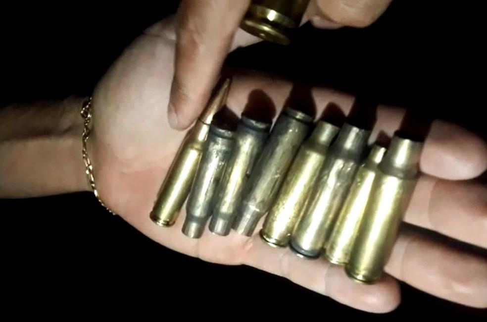 Moradores encontraram projéteis nas ruas de Botucatu — Foto: TV TEM/Reprodução
