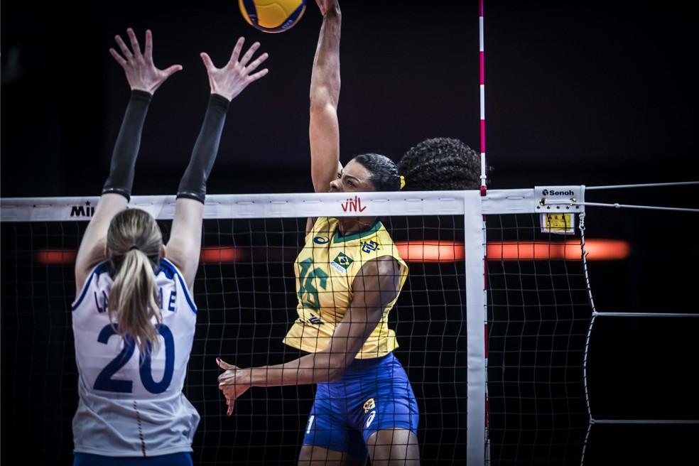 Fernanda Garay foi um dos destaques na vitória do Brasil contra a Rússia na Liga das Nações 2021 — Foto: FIVB