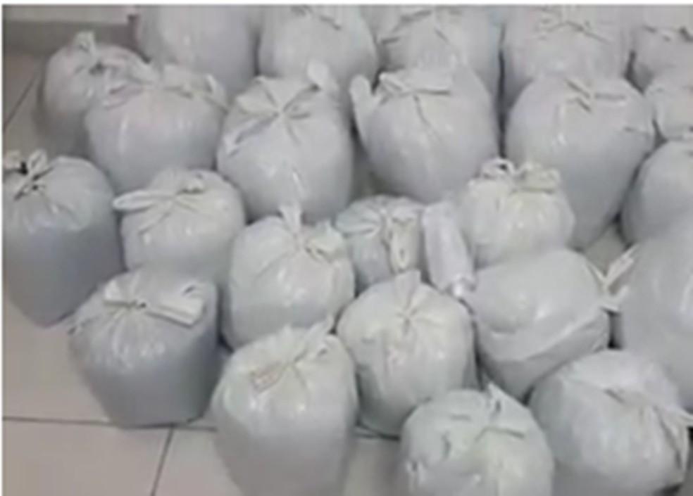 Maconha dentro de sacolas no Lotemaneto Paraíso — Foto: WhatsApp/Reprodução