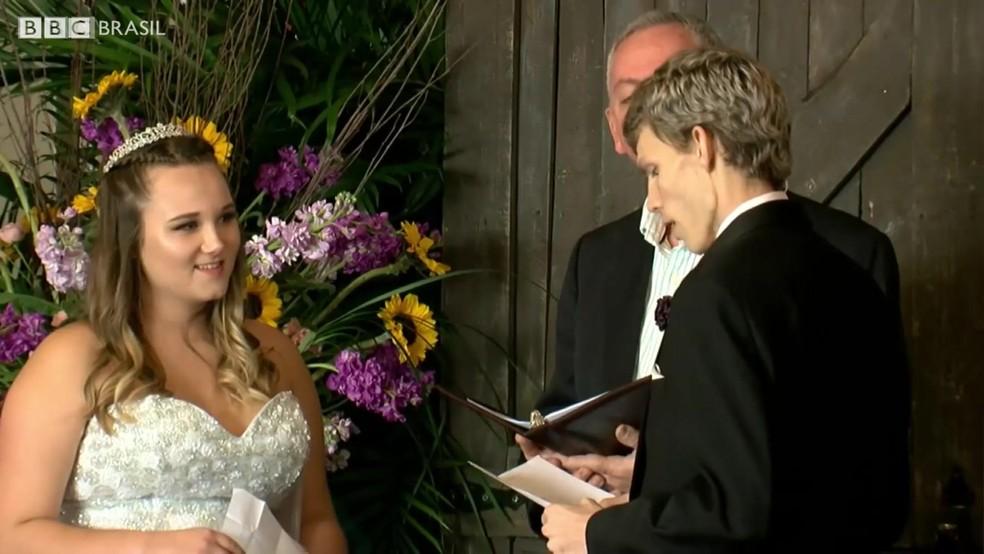 Namorada ficou no hospital durante 10 dias após cirurgia de Dustin (Foto: BBC)