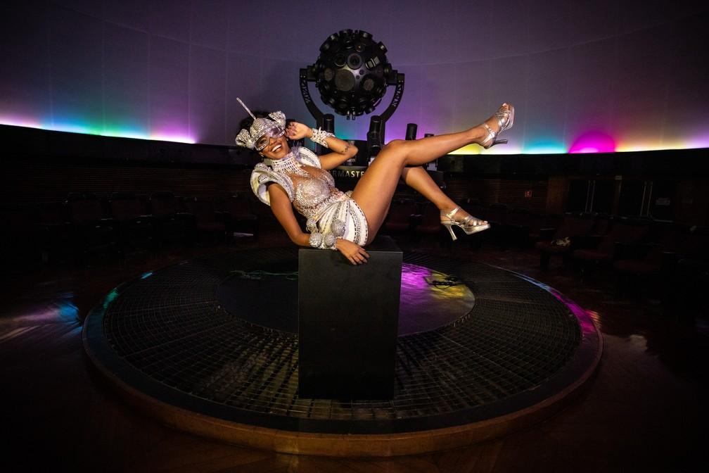 Pâmella Gomes, rainha de bateria da Tom Maior, com o projetor do Planetário do Ibirapuera — Foto: Fábio Tito/G1