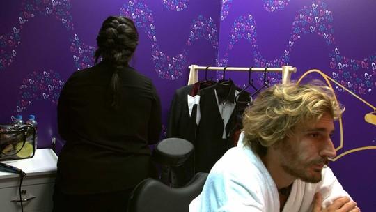Alan aprova resultado do penteado: 'Ficou show, gostei'