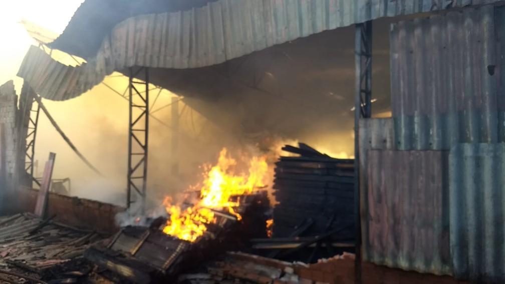 Incêndio destruiu madeireira, em Londrina — Foto: Alberto D'angele/RPC