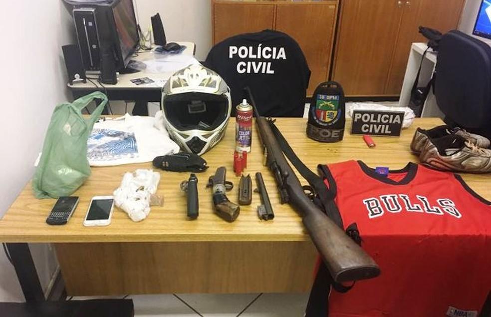 Suspeitos foram presos durante operação que apreendeu armas, fuzil e recuperou umas das motos roubadas no sábado. (Foto: Divulgação/Polícia Civil RS)