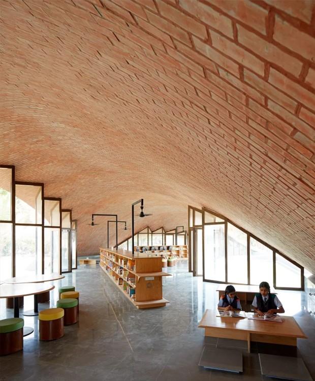 O design diferenciado do telhado invade o interior da biblioteca (Foto: sP+a/ Reprodução)