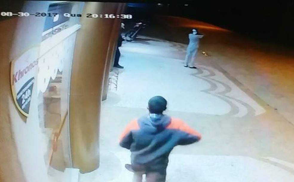 Suspeito atira diversas vezes contra a vítima (Foto: Reprodução/NSC TV)