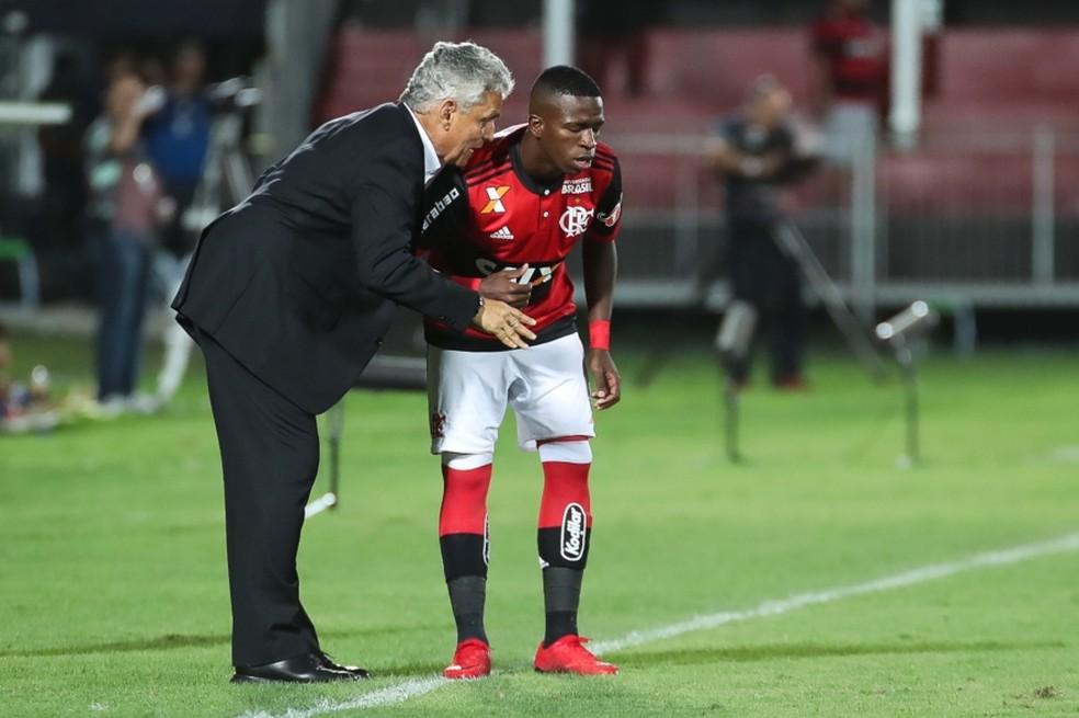 Rueda conversa com Vinicius antes de substituição. Torcida sempre pede a entrada da joia  (Foto: Gilvan de Souza)