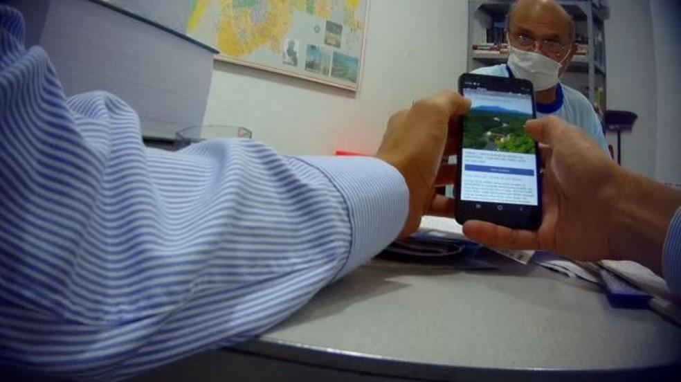 Corretor Alcimar Araújo da Silva, que postou anúncio de áreas dentro de floresta nacional, durante filmagem com câmera escondida em seu escritório em Porto Velho. — Foto: BBC
