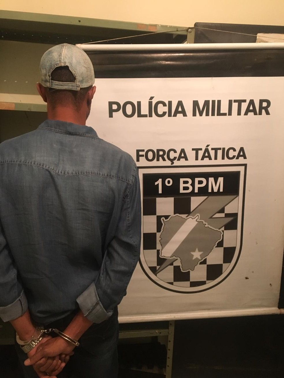 Suspeito foi indiciado por porte ilegal de arma de fogo em MS — Foto: Polícia Militar/Divulgação