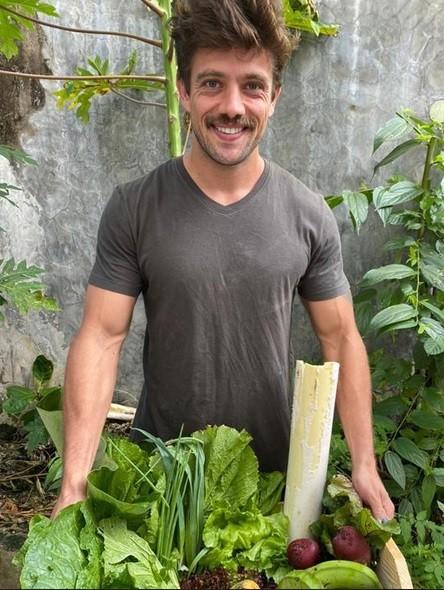 Rafael Cardoso e sua cesta de vegetais orgânicos (Foto: Mariana Bridi)