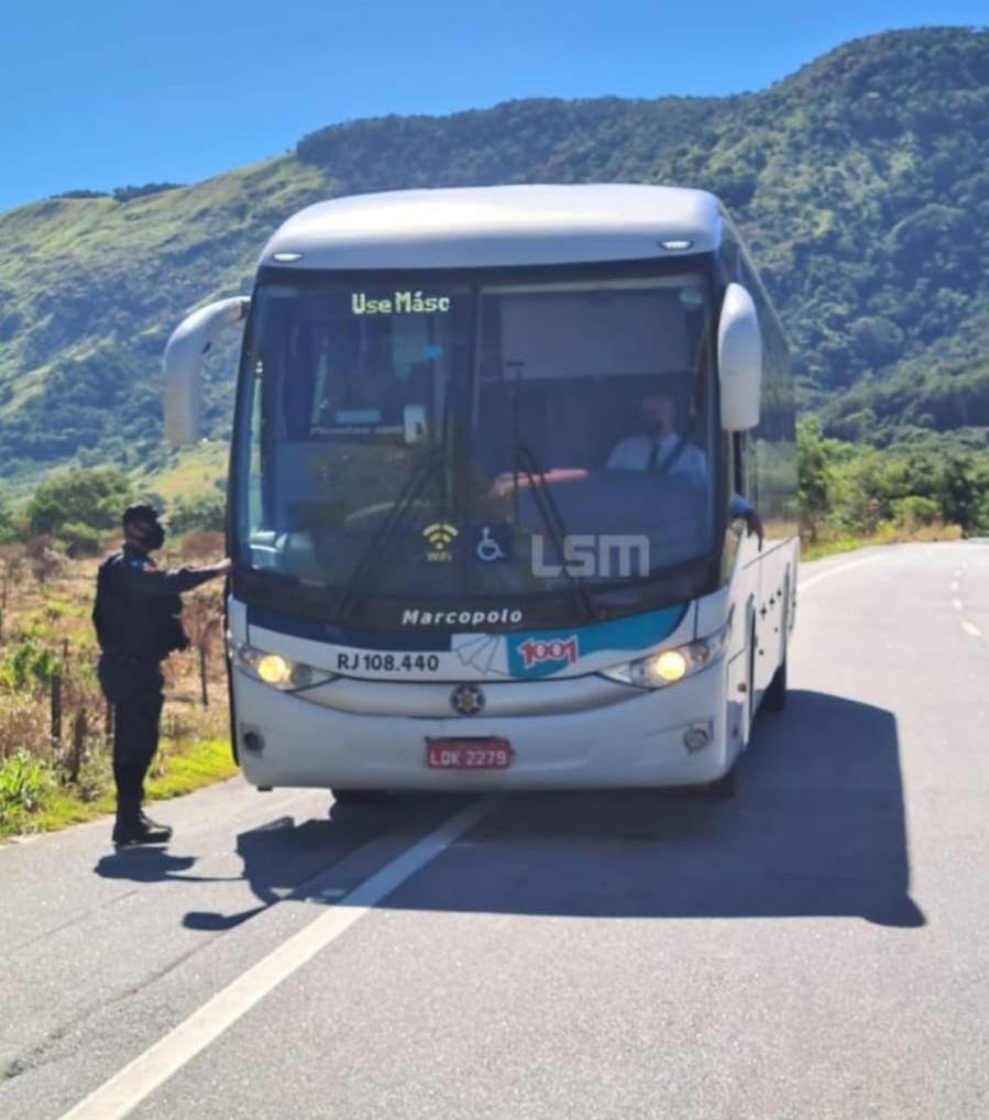 Após assaltos, Polícia Militar reforça patrulhamento em ônibus intermunicipais em Maricá, no RJ