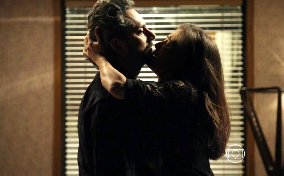 Cora (Marjorie Estiano) implora para José Alfredo (Alexandre Nero) tirar a sua virgindade - 'Império' — Foto: Globo