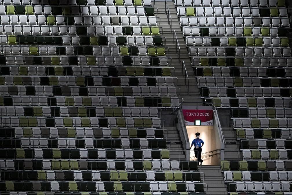 Imagem do estádio Olímpico de Tóquio com as cadeiras vazias durante a cerimônia de abertura — Foto: Martin Bureau/AFP