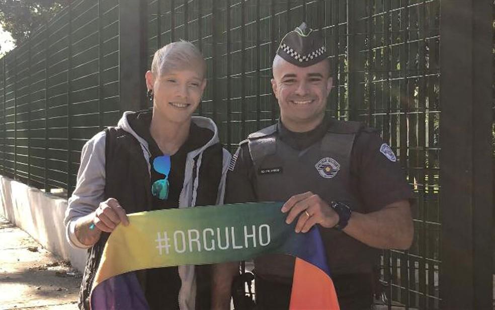 Policial militar exibe com o noivo faixa com a inscrição #orgulho em cachecol com as cores da causa LGBT — Foto: Reprodução/Divulgação/Bruna Massarelli