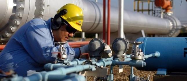 Trabalhador boliviano checa dutos que trazem gás natural ao Brasil