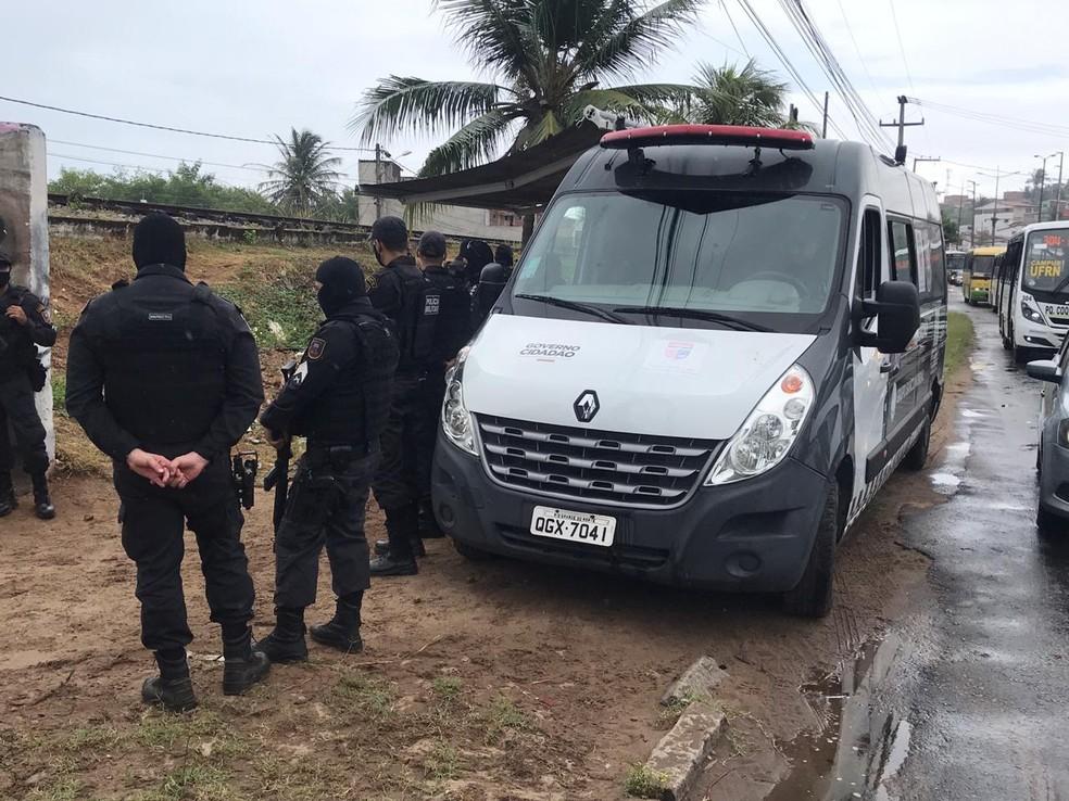 Policiais militares na comunidade do Mosquito, em Natal, durante operação Concórdia, deflagrada por forças de segurança federais e estaduais do RN. — Foto: Kleber Teixeira/Inter TV Cabugi