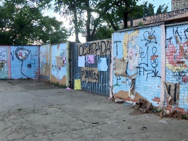 Ruy Rodrigues ainda mantinha cartazes de ocupação, mesmo após reintegração de posse, em Campinas (Foto: Márcio Silveira / EPTV)