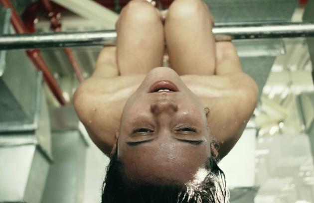 Bianca Comparato, que interpretou a Michele em '3%', fez uma cena de tortura na série Netflix (Foto: Reprodução)