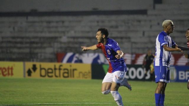 Jean Victor comemora o primeiro gol do Paraná
