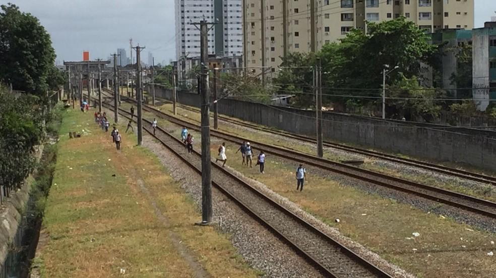 Passageiros são flagrados caminhando nas linhas do metrô do Recife após falta de energia (Foto: Mônica Silveira/TV Globo)