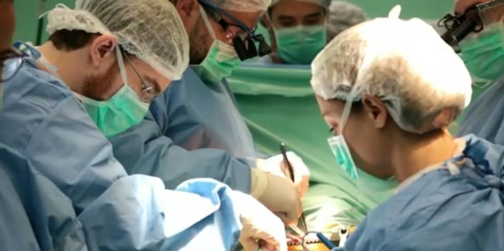 Equipe realizou transplante no limite de tempo, após superar caos no trânsito causado por tiroteio no Rio — Foto: Reprodução/ TV Globo