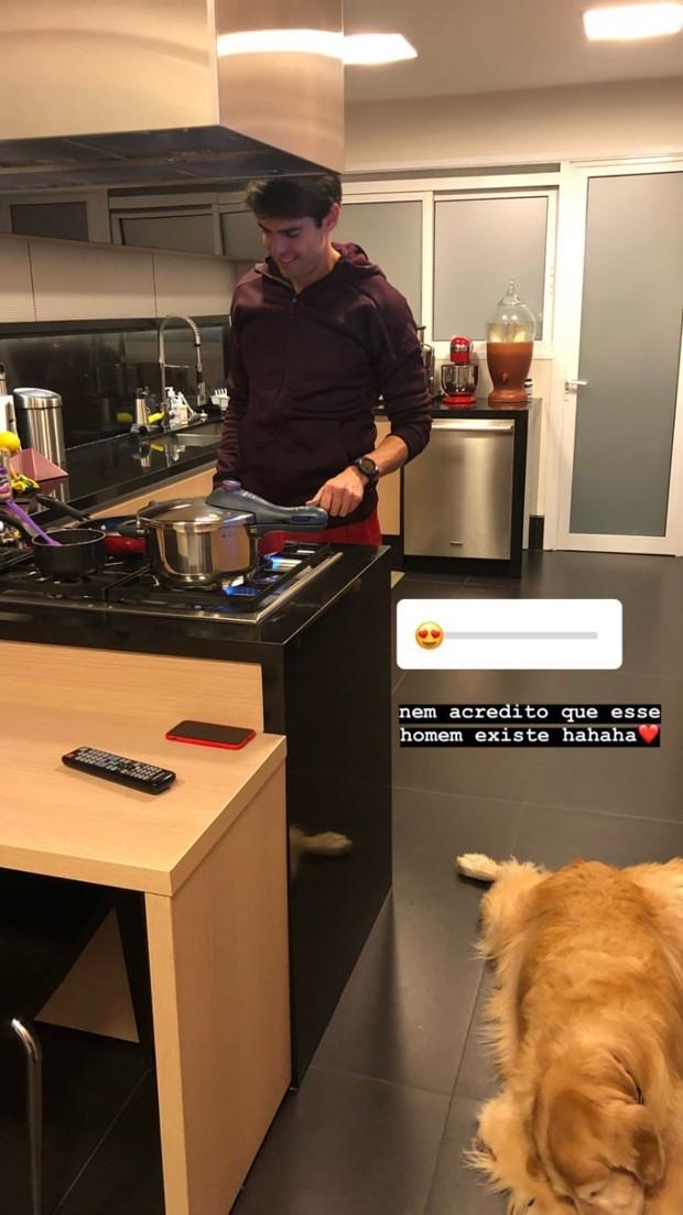 Kaká cozinha para Carol Dias (Foto: Reprodução Instagram)