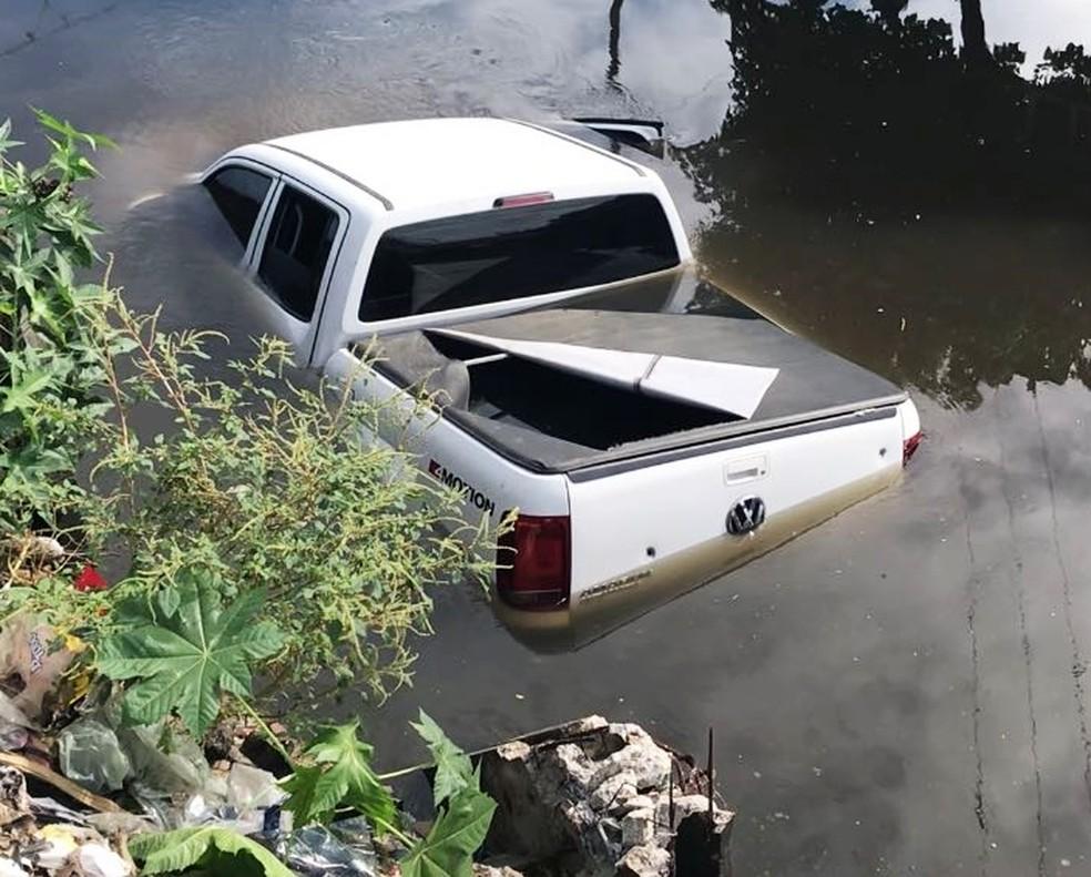 Carro da prefeita foi encontrado dentro de um canal de esgoto no Paço da Pátria (Foto: Kleber Teixeira/Inter TV Cabugi)