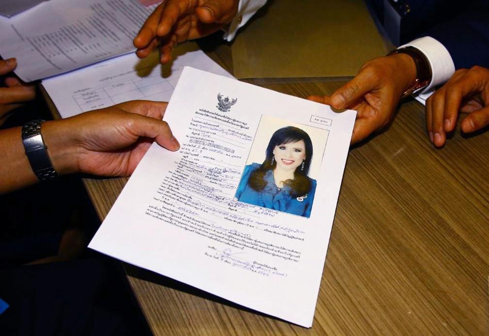 Representante do partido Thai Raksa Chart entrega nesta sexta-feira (8) ficha com a foto da princesa Ubolratana a Comissão Eleitoral da Tailândia, em Bangcoc — Foto: AP Photo
