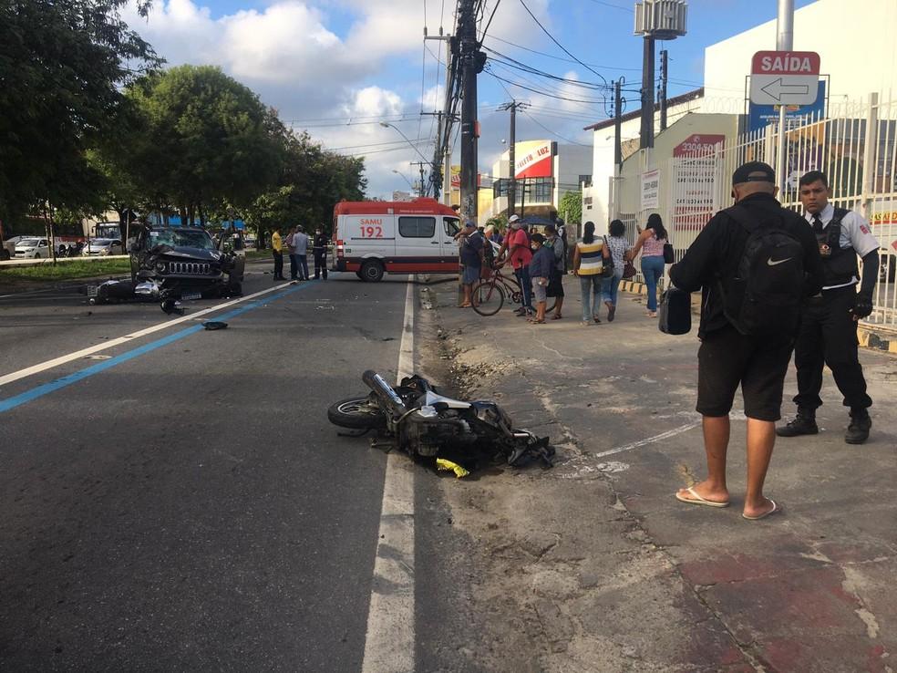 Motos ficaram destruídas e caídas na Avenida Fernandes Lima, Maceió — Foto: Douglas Lopes/TV Gazeta
