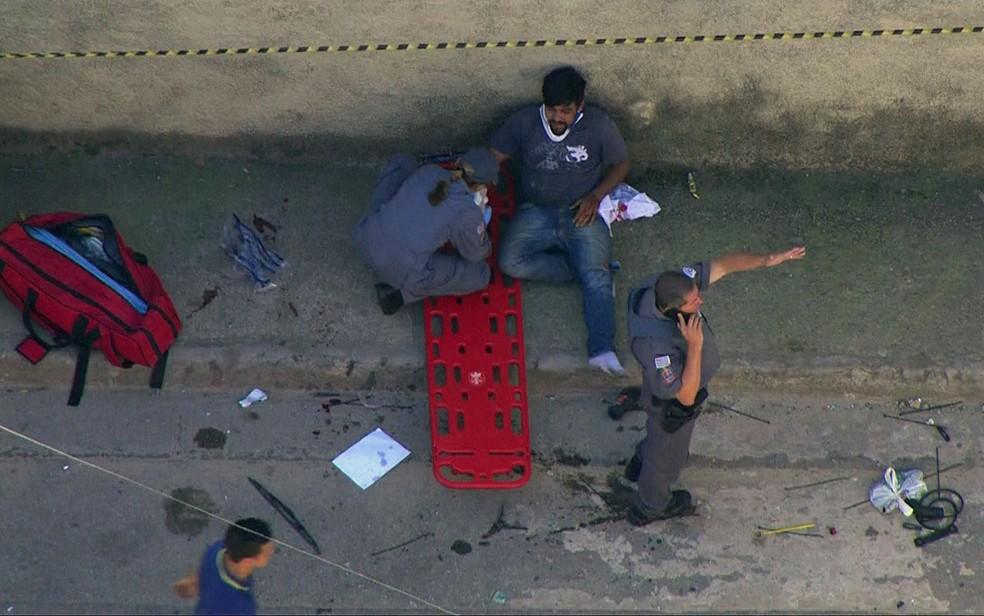 Ferido em acidente em CarapicuAi??ba recebe atendimento (Foto: TV Globo/ReproduAi??A?o)