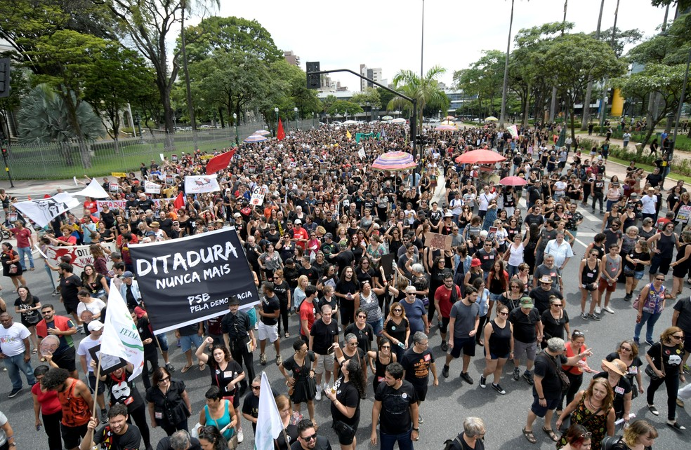 Manifestantes protestam contra a ditadura militar em Belo Horizonte — Foto: Washington Alves/Reuters