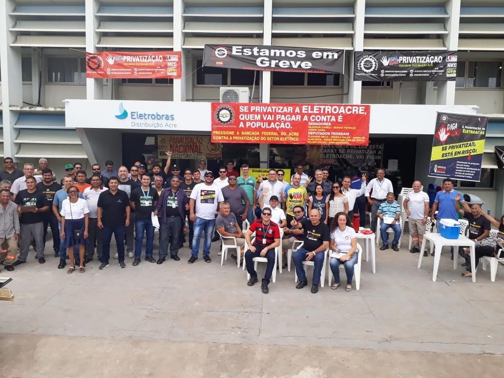 Funcionários da Eletroacre fizeram ato na sede da empresa (Foto: Divulgação)