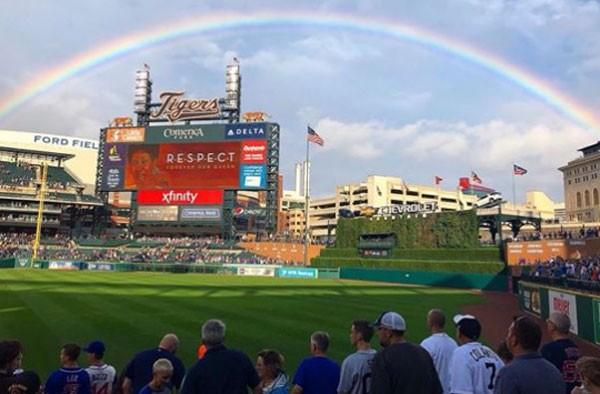 A equipe de Detroit compartilhou a foto do momento com uma simples legenda: 'Algumas fotos dizem tudo' (Foto: Reprodução/Facebook)