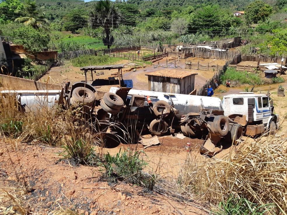Após sair da pista, caminhão-tanque caiu em um barranco e parte do combustível atingiu um riacho próximo — Foto: Divulgação/PRF