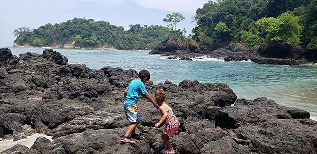 Mateus e Sofia no parque Manuel Antônio (Costa Rica) / worldschooling (Foto: Mateus e Sofia no parque Manuel Antônio (Costa Rica) / worldschooling (Foto: Arquivo pessoal))