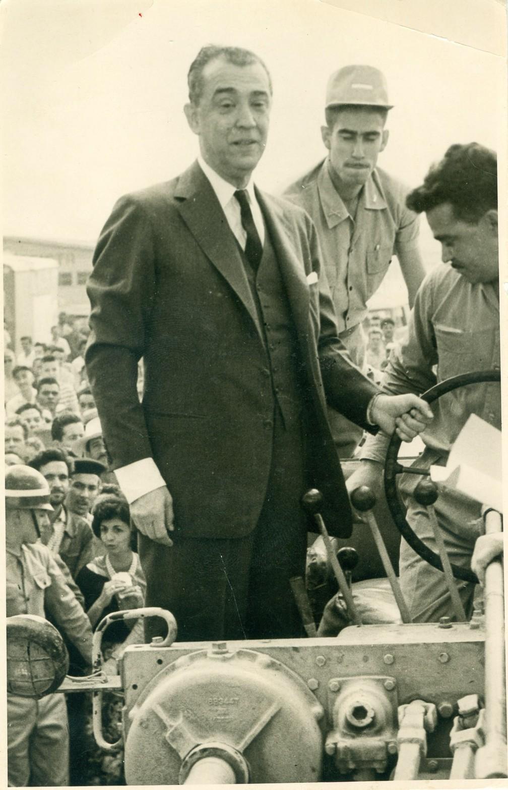O presidente Juscelino Kubitschek durante cerimônia de apresentação do primeiro trator nacional, fabricado nas oficinas da Ford Motors do Brasil, em São Paulo, com 40% de material importado, na frente do Palácio do Planalto, em Brasília. Foto de dezembro de 1960 — Foto: Rolando de Freitas/Estadão Conteúdo/Arquivo