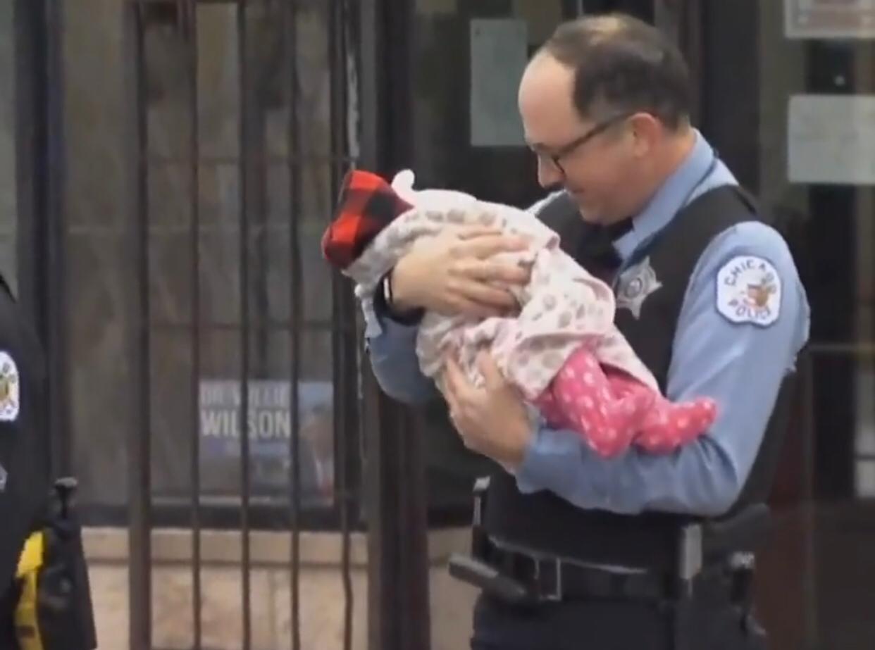 Policial acalma bebê (Foto: Reprodução Instagram)
