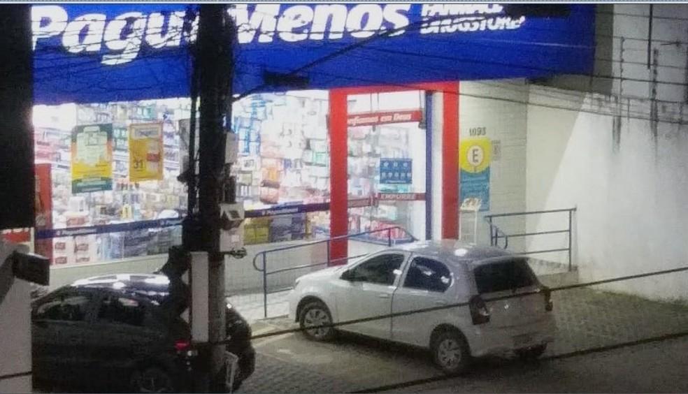 Assalto na drogaria na Avenida Couto Magalhães, no Centro de Várzea Grande — Foto: Divulgação
