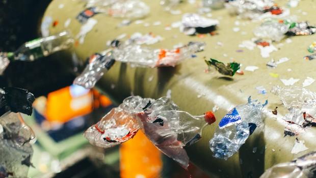 Plástico reciclado pela Infinitum em seu galpão (Foto: Reprodução/Infinitum)