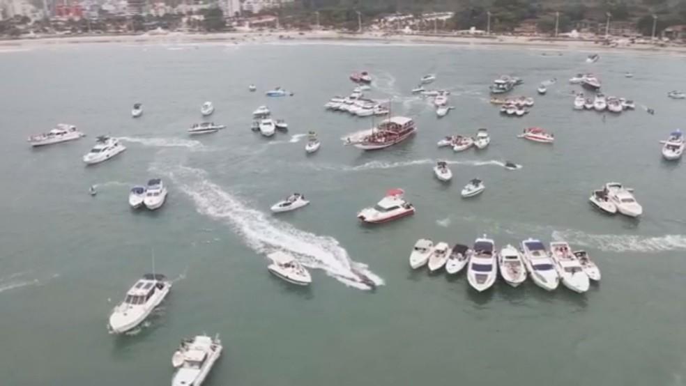 Dezenas de barcos foram flagrados em festa no mar em Guarujá, SP — Foto: Reprodução/Jimmi Drone Guarujá