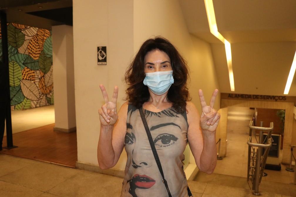 A atriz Claudia Alencar vota na Zona Sul do Rio de Janeiro neste domingo (15) — Foto: Rogério Fidalgo/AgNews