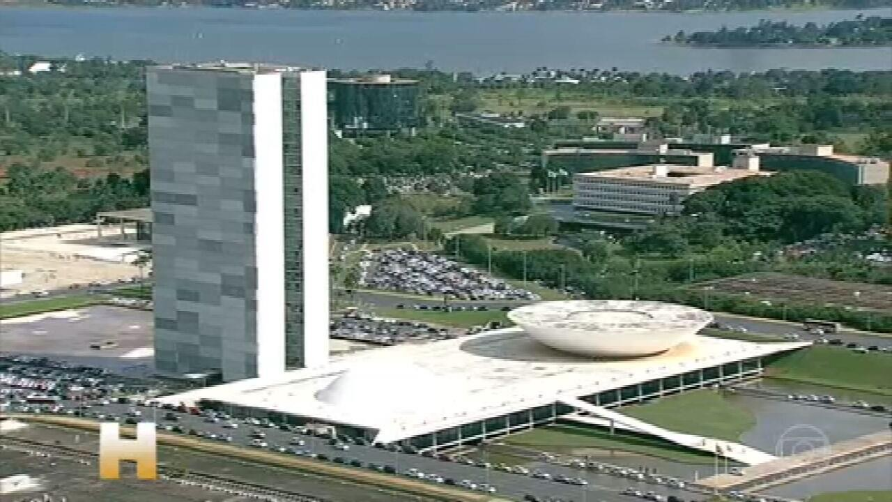 Bolsonaro diz que sobra 'imprópria militância política' a Barroso por ordenar a CPI da pandemia