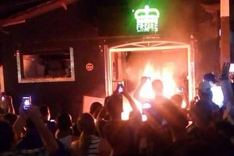 Moradores incendeiam loja após suspeito de morte de jovem ser preso em Extrema (Foto: Reprodução)