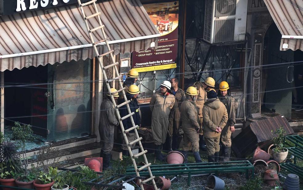 Bombeiros de Nova Deli na frente do Hotel Arpit Palace após a extinção de um incêndio em Nova Déli — Foto: Prakash Singh / AFP Photo
